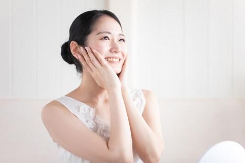 水溶性ビタミンC誘導体化粧品を使う女性